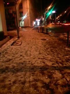 街頭に照らされる雪道